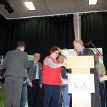 Gabriele Hackebeil erhält vom Staatssekretär Dr. Dippel den Preis überreicht